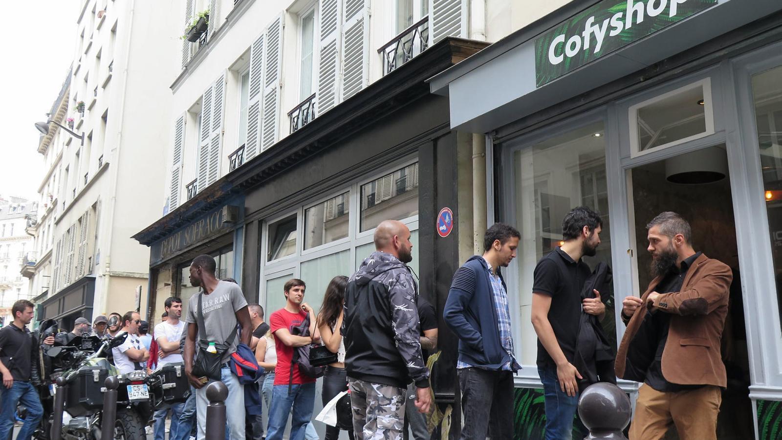 Les botigues de cànnabis legal fan furor a París