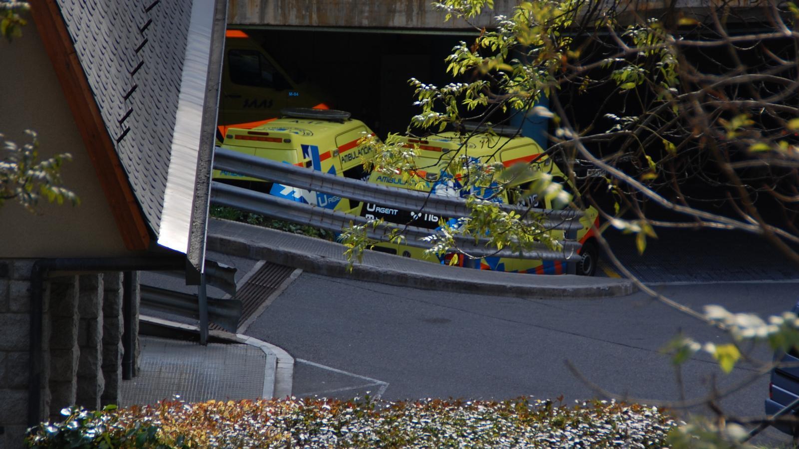 Dues ambulàncies aparcades dins del centre hospitalari. / ARXIU