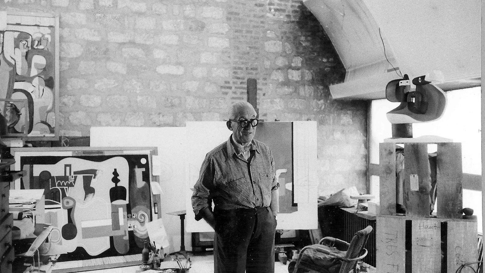 Le Corbusier al seu taller amb la paret mitgera al fons