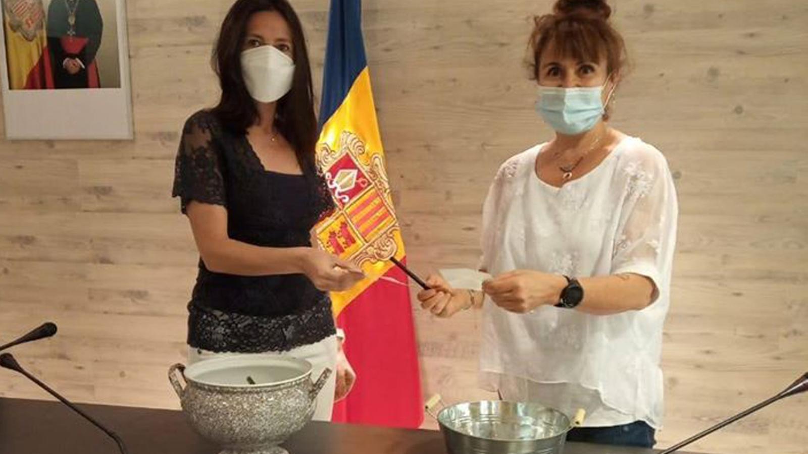 La cònsol menor i consellera de Benestar Social, Eva Choy, amb la cap del departament, Anna Call, durant el sorteig dels horts. / COMÚ D'ORDINO