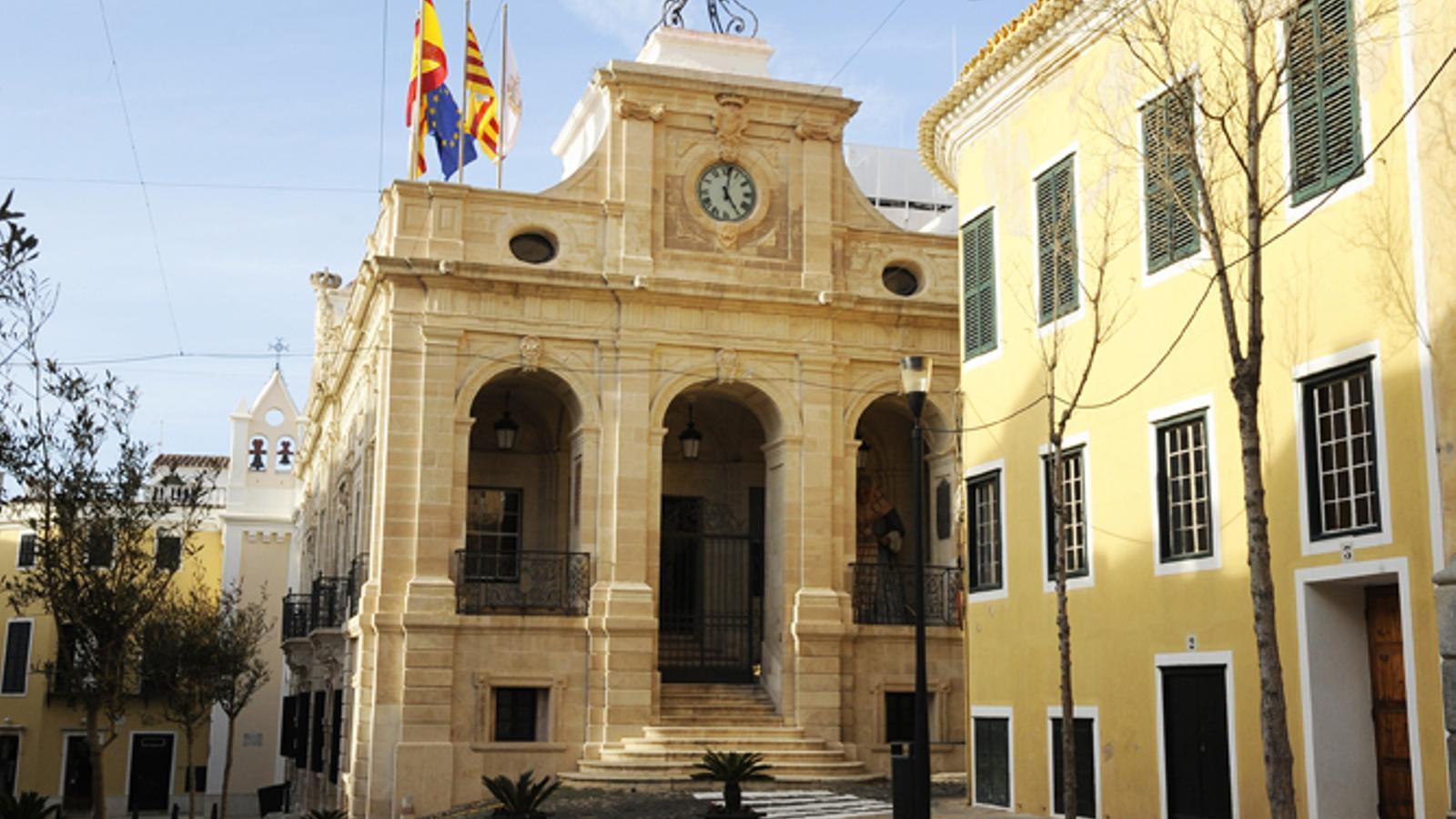 L'Ajuntament de Maó viurà el pròxim dijous un intens ple amb la retirada del reconeixement a Franco damunt la taula.