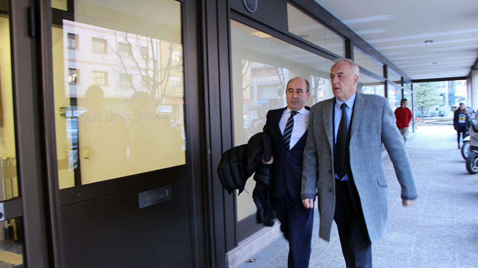 Joan Samarra amb el seu advocat, Alfons Clavera, arriben a la Seu de la Justícia per declarar. / C. G.