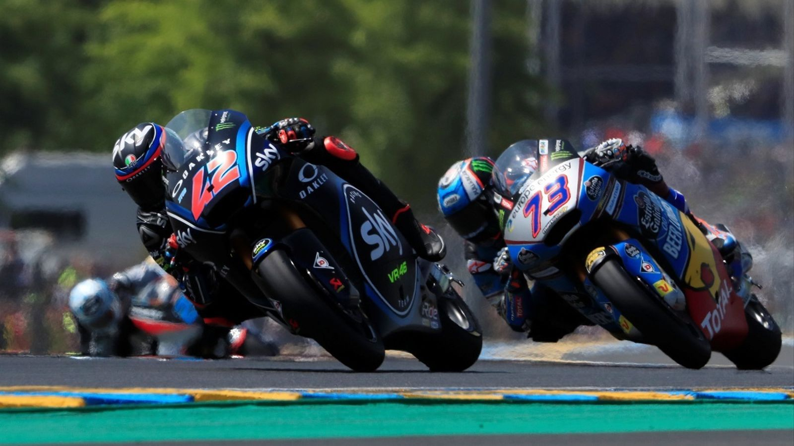 Bagnaia, perseguit per Àlex Márquez a Le Mans
