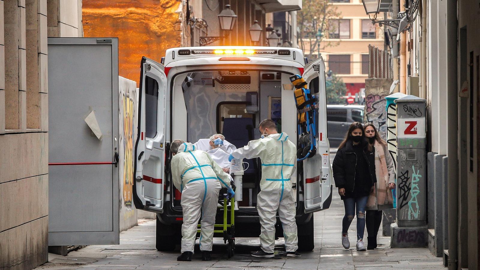 Una de les residents del geriàtric Palau de Raga de València abans de ser transportada per una ambulància