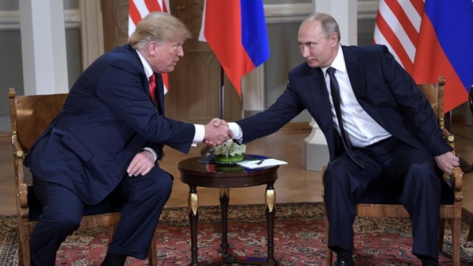 Donald Trump i Vladimir Putin es donen la mà a Helsinki