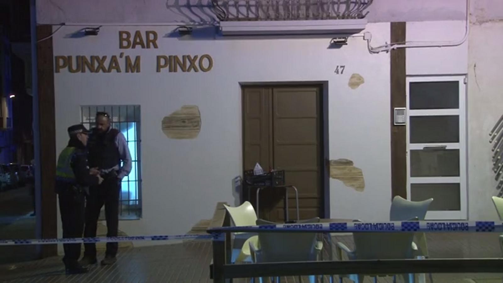 Mossos al bar de Sant Carles de la Ràpita on hi ha hagut un tiroteig