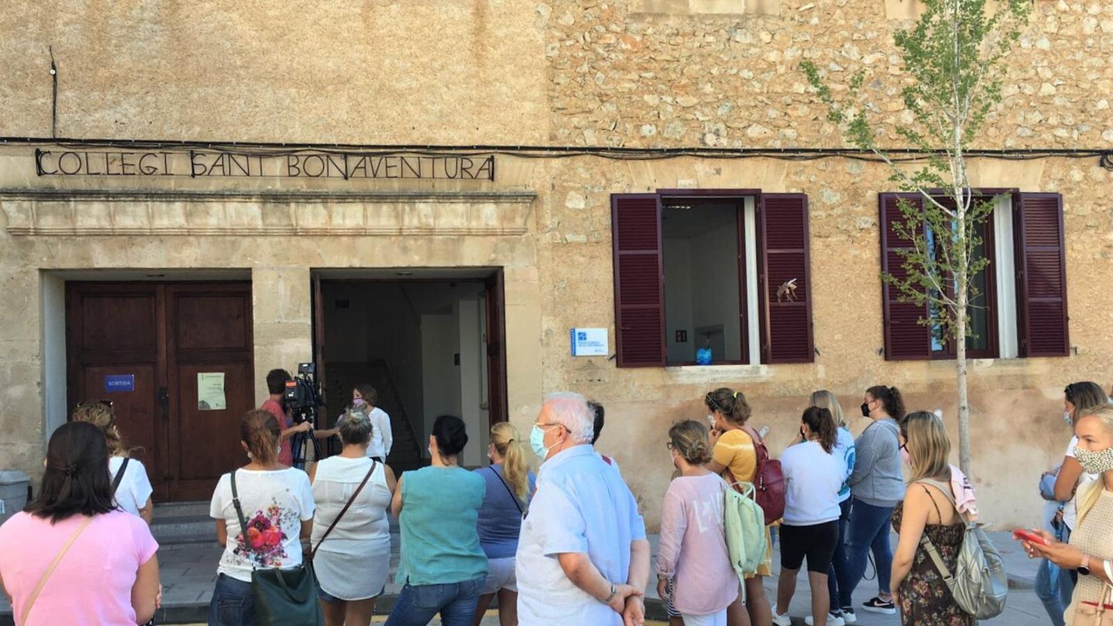 Mares i pares mobilitzats davant el col·legi Sant Bonaventura d'Artà./ ARXIU