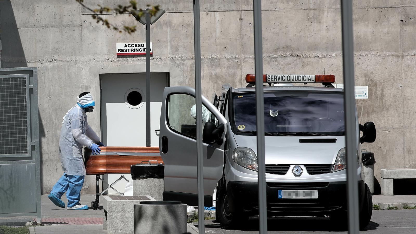 Imatge d'un fèretre sortint d'una residència de Madrid