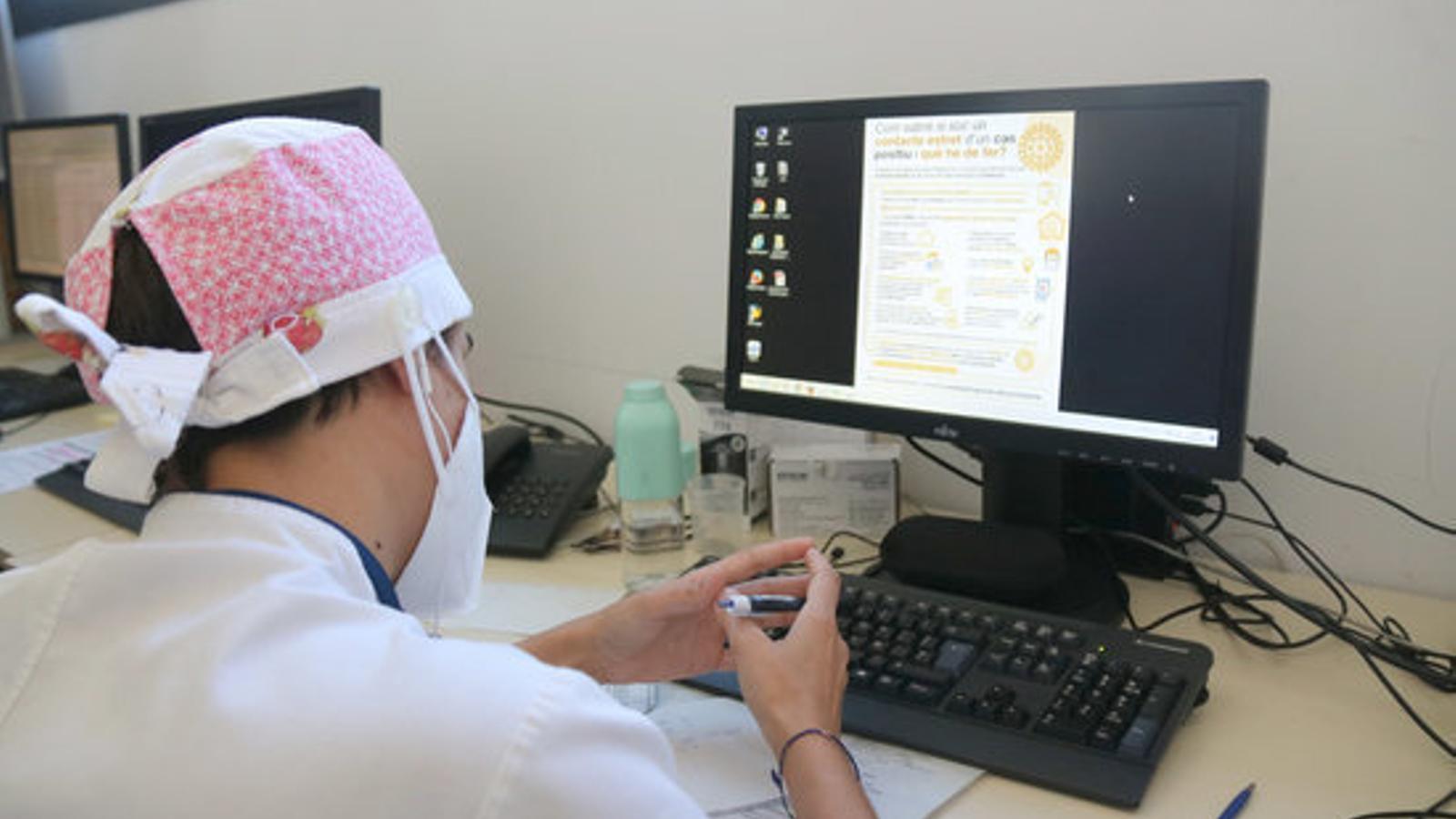 Imatge d'una rastrejadora del CAP de Roses fent trucades a contactes de positius