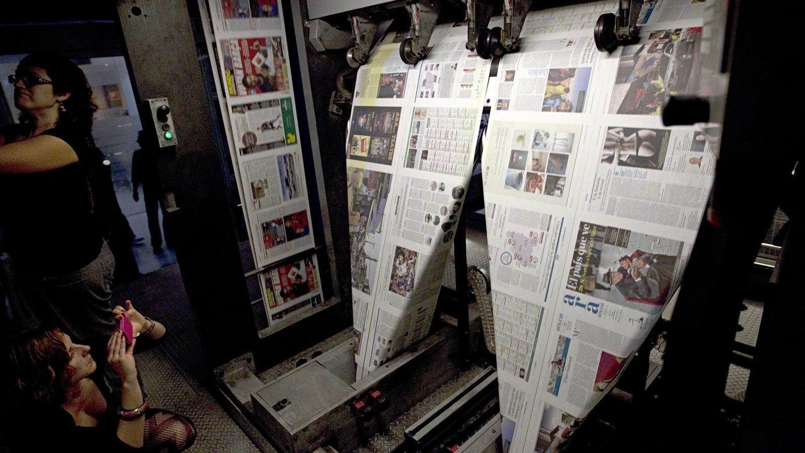 El primer número de l'ARA, imprimint-se a la rotativa