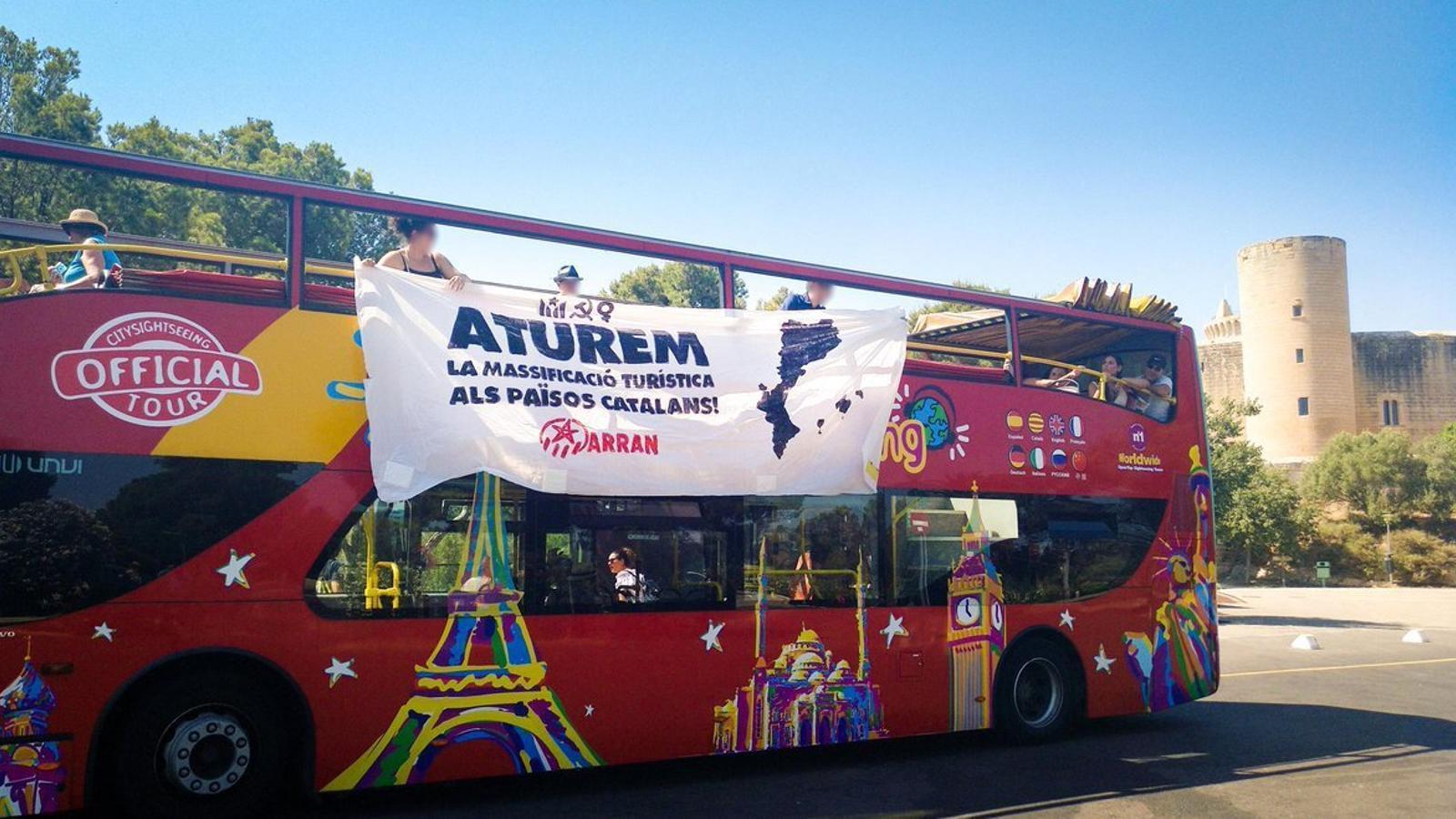 Arran atura busos turístics a Palma, Barcelona i València per protestar contra la massificació