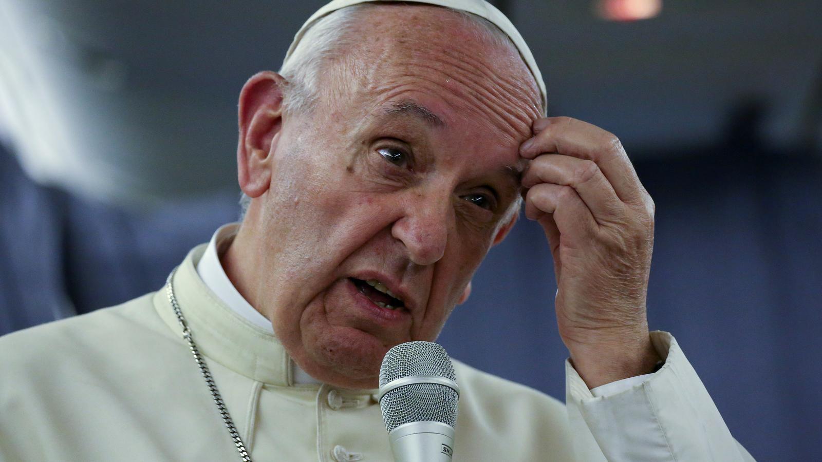 El papa Francesc, en un moment de la roda de premsa celebrada dins l'avió papal, aquest dilluns
