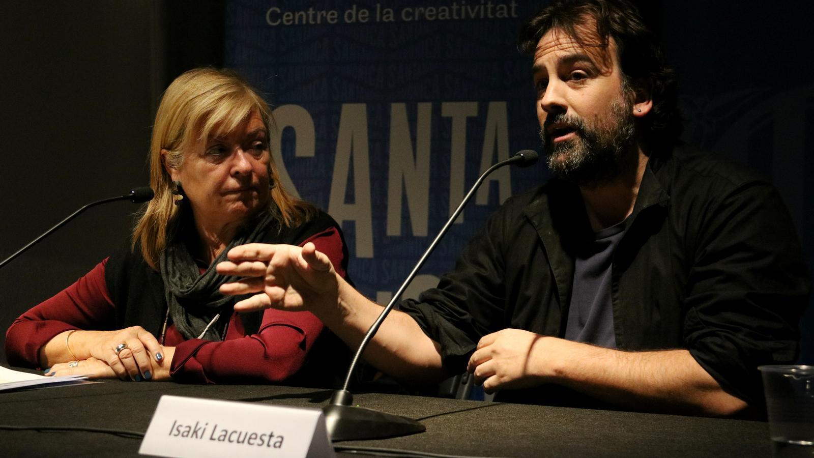 Isaki Lacuesta i la directora general Àngels Ponsa, durant la presentació de la instal·lació 'Jo soc allò prohibit'