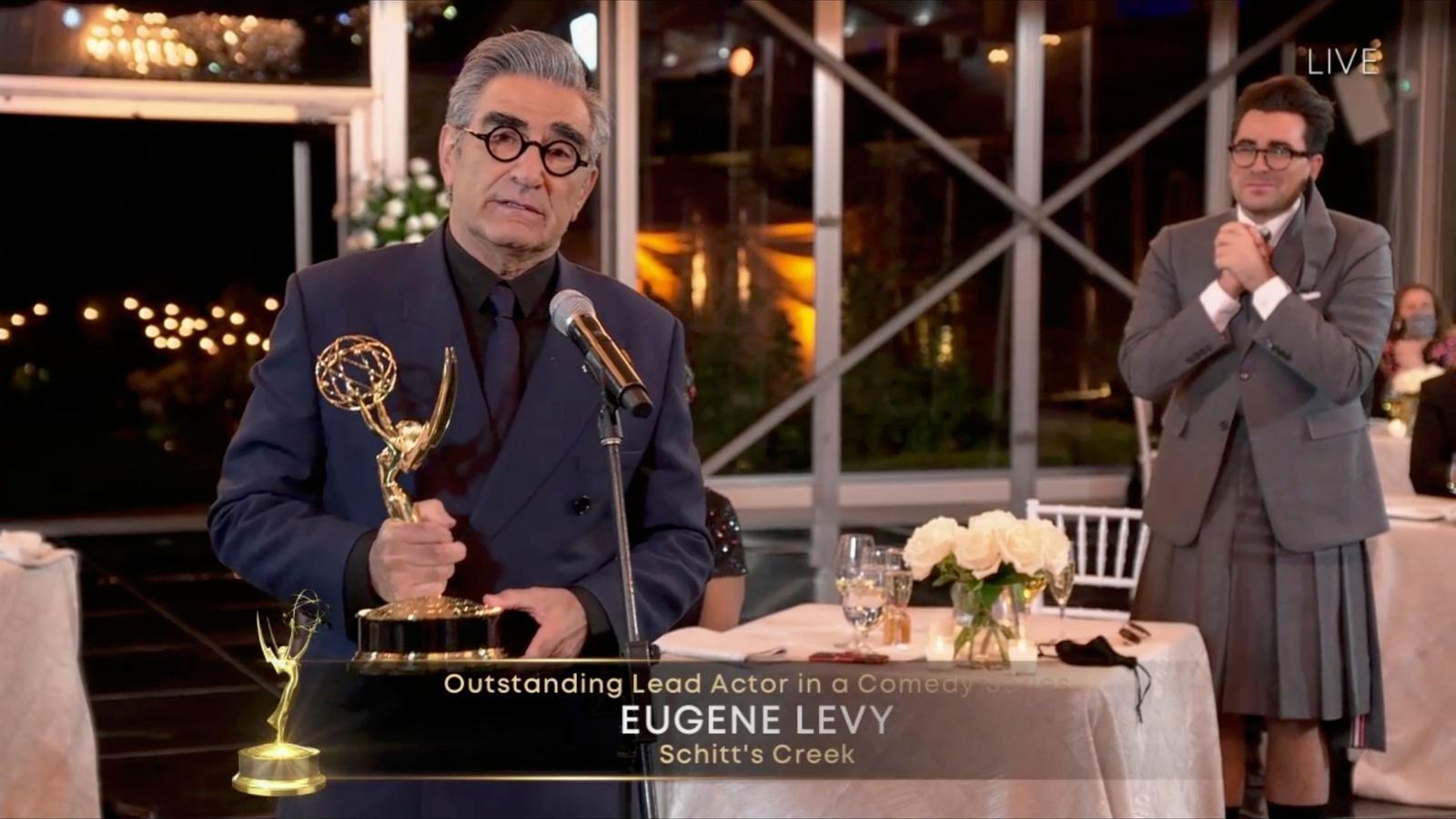 Eugene Levy, rebent l'Emmy al millor actor de comèdia, en presència del seu fill, co-creador de 'Schitt's creek'