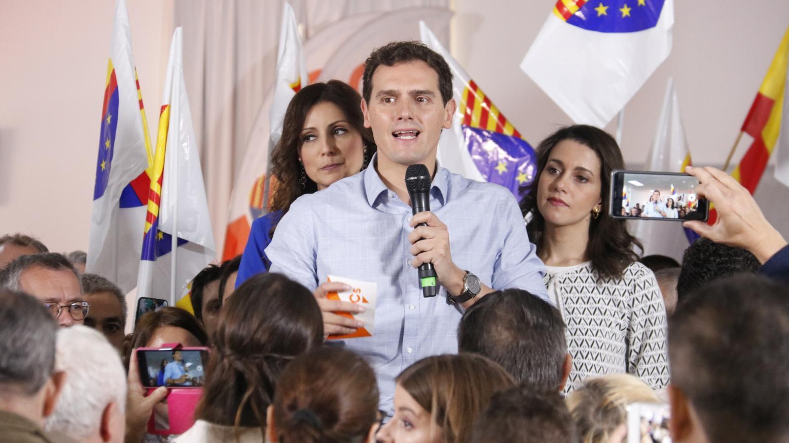 Lorena Roldán, Albert Rivera i Inés Arrimadas en el míting d'aquest matí