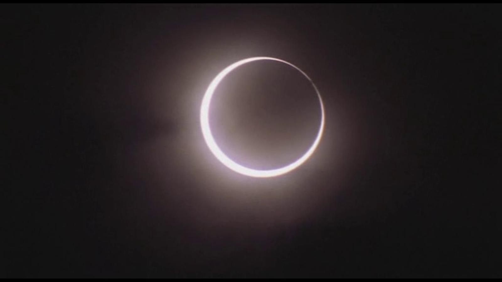 Milers de japonesos surten al carrer per veure l'eclipsi anular del sol