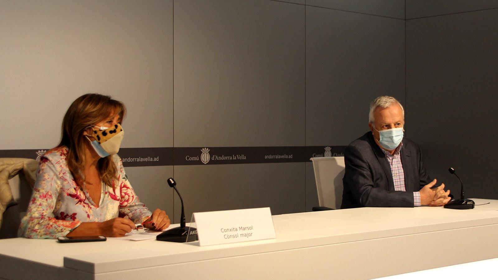 La cònsol major d'Andorra la Vella, Conxita Marsol, i el president de la Cambra de Comerç, Indústria i Serveis, Miquel Armengol, en la presentació de les ajudes als comerços / MF