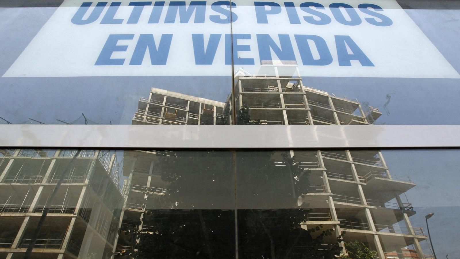 UNA CARTERA LLASTADA PELS ACTIUS TÒXICS  L'esclat de la bombolla immobiliària, a finals del 2007, va iniciar una successió de fallides d'empreses constructores i immobiliàries que van engreixar les carteres dels bancs i caixes espanyols amb crèdits impagats i pisos amb un valor de mercat molt inferior al de taxació.