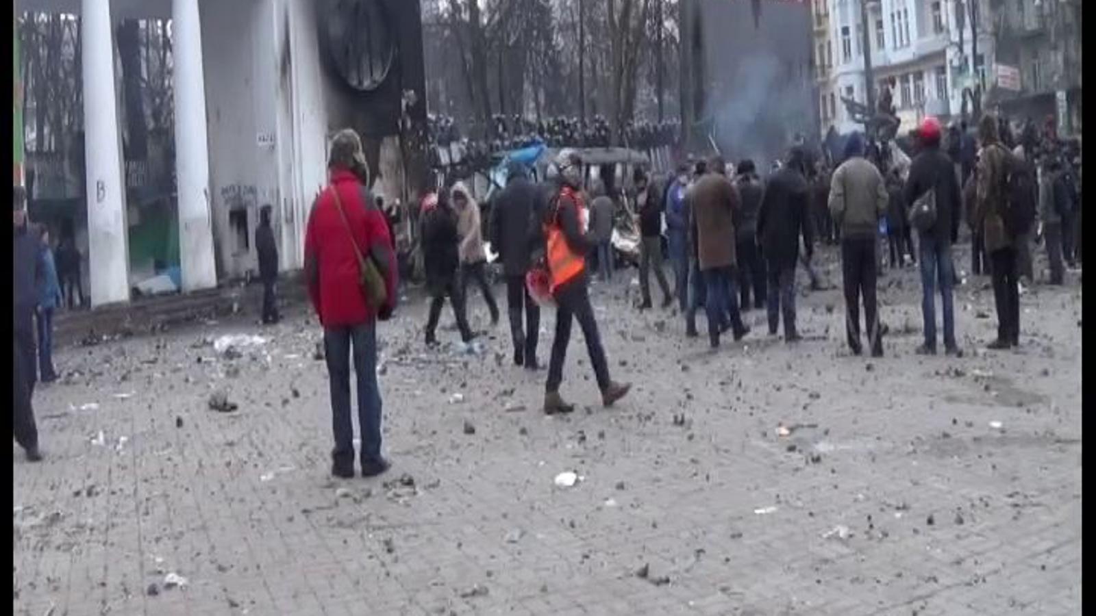 Imatges dels aldarulls entre la policia i els manifestants a Kíev, el 21 de gener