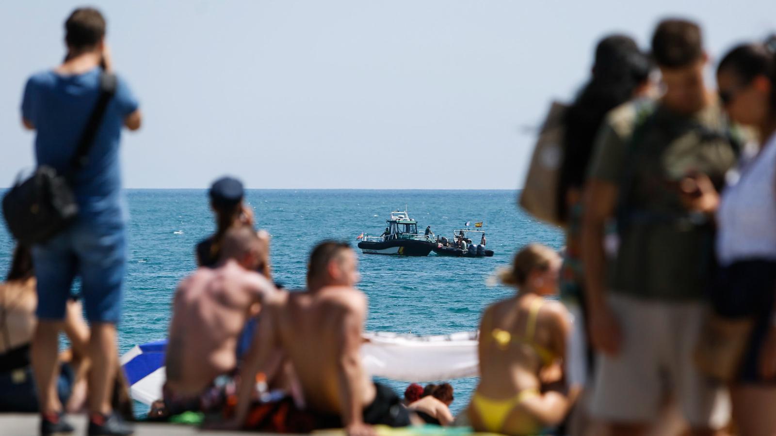 Desallotjada una platja de Barcelona per un artefacte explosiu trobat dins l'aigua