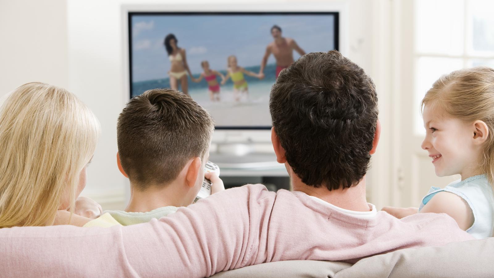 Una família mirant la televisió en una imatge d'arxiu