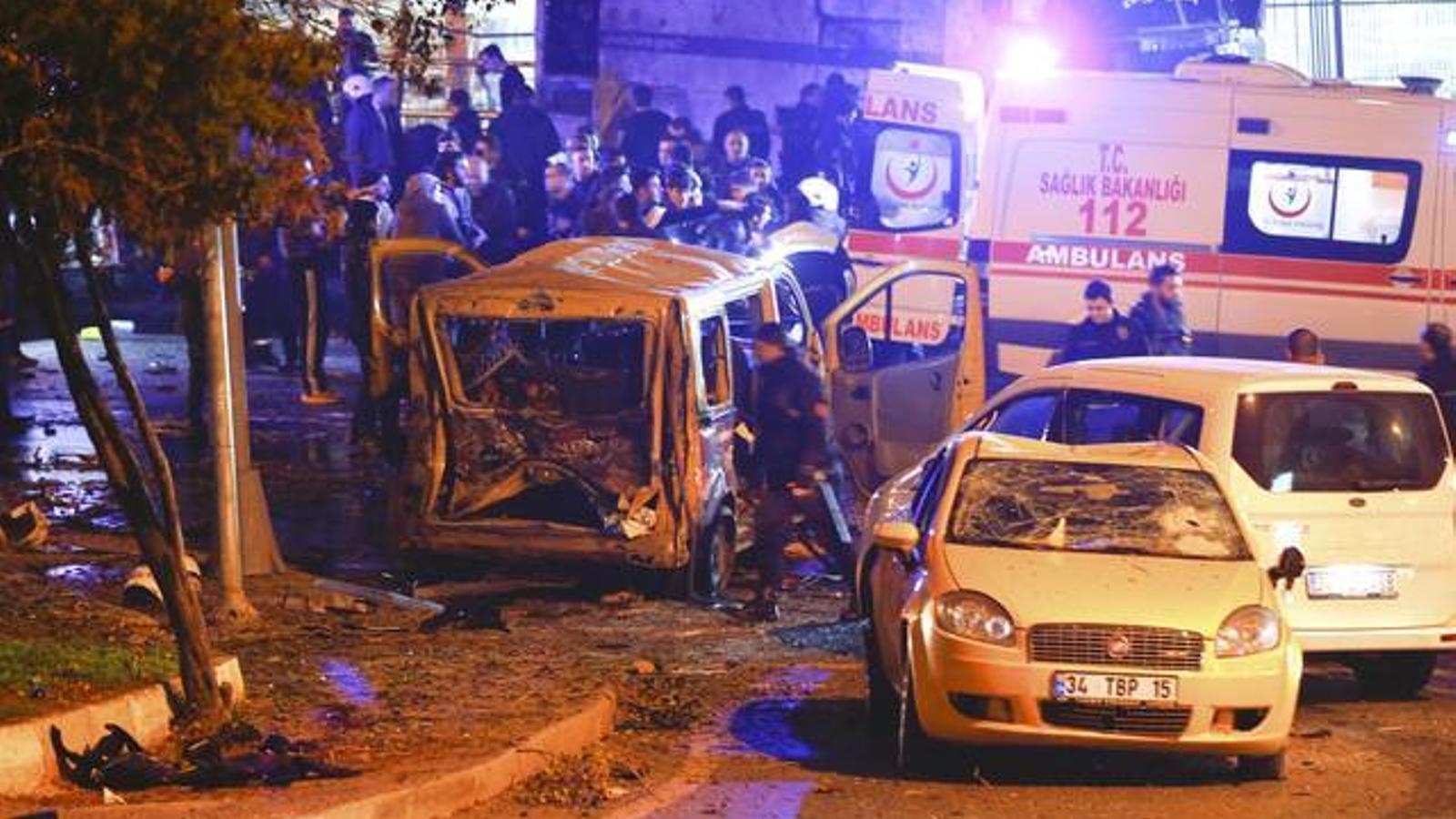 Efectes de l'explosió a tocar de l'estadi del Besiktas.