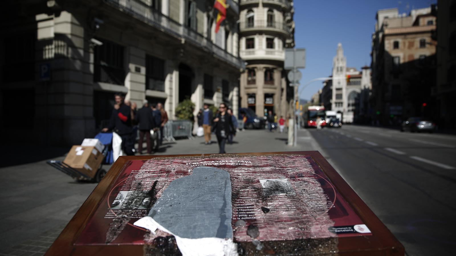 Destrossada la placa en memòria de les tortures franquistes a la comissaria de Via Laietana