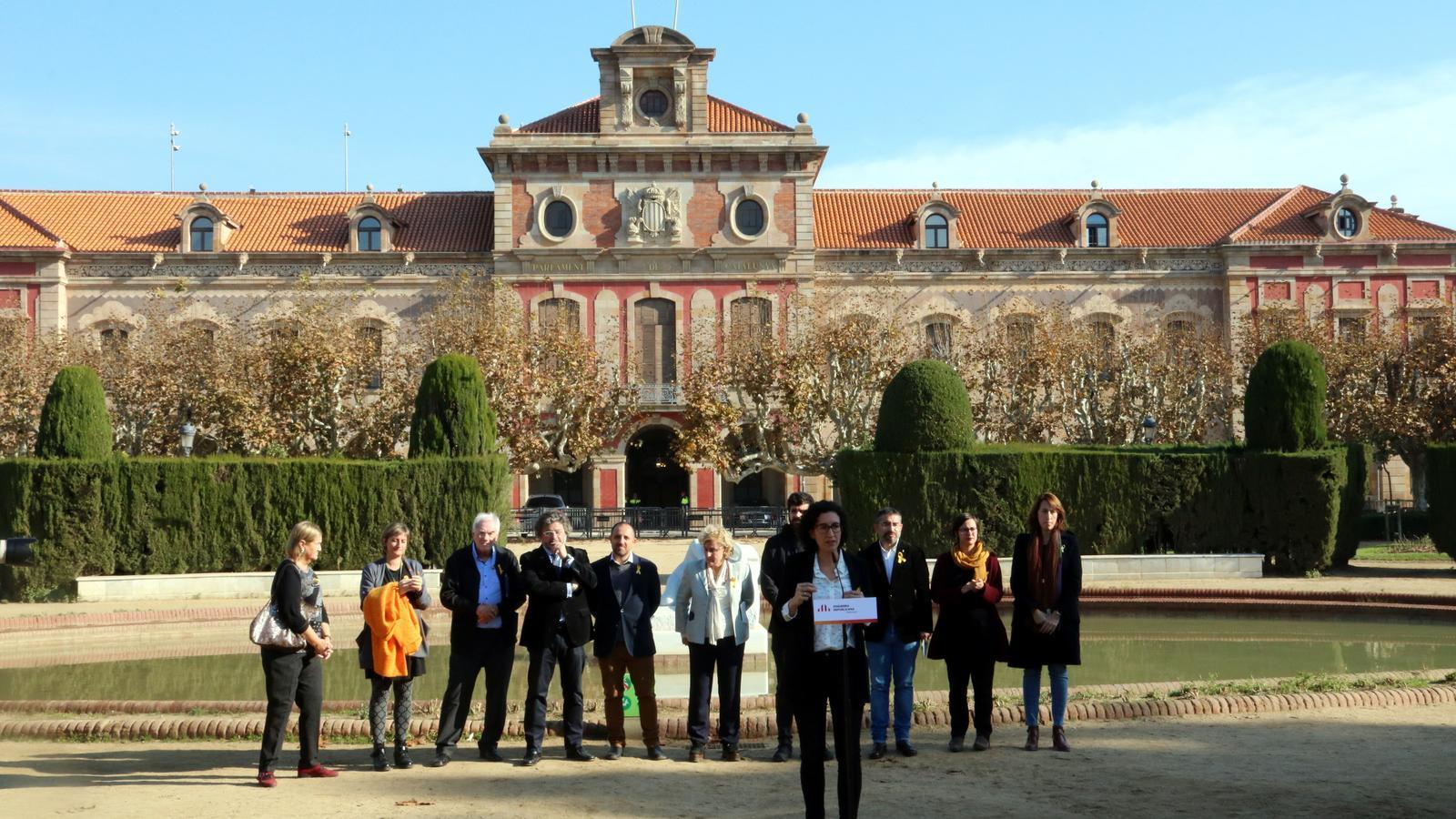 Marta Rovira, aquest dijous davant del Parlament al costat de diversos representants dels partits que formen part de la candidatura d'ERC