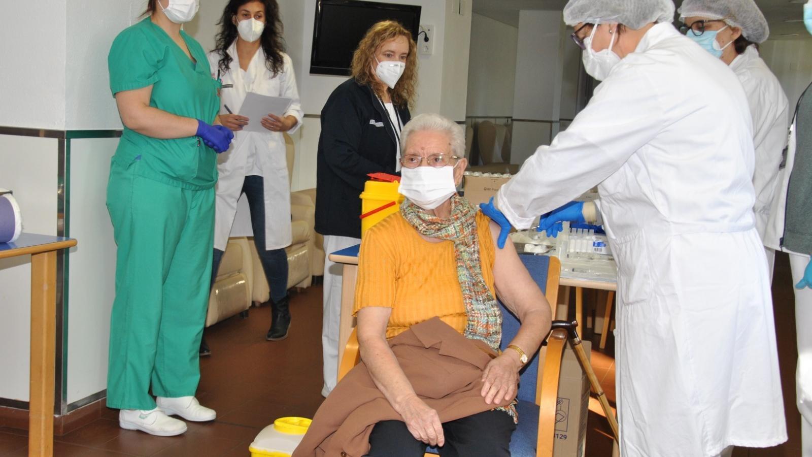 Una resident rep la primera dosi de la vacuna contra el coronavirus