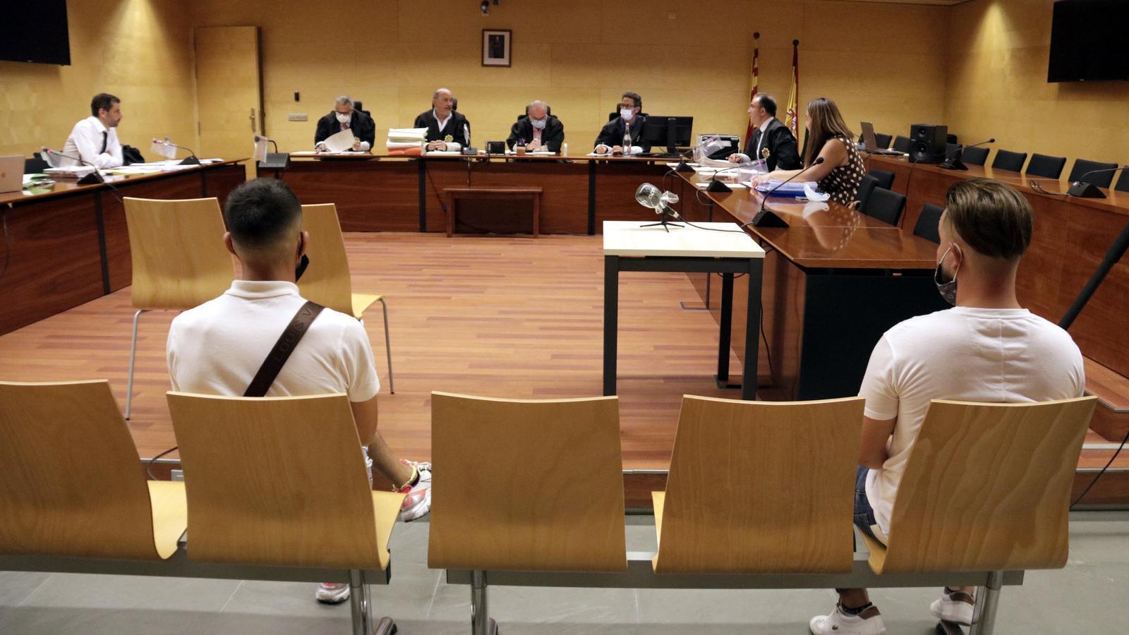 D'esquena, els dos acusats de violar en grup una noia durant el judici a l'Audiència de Girona