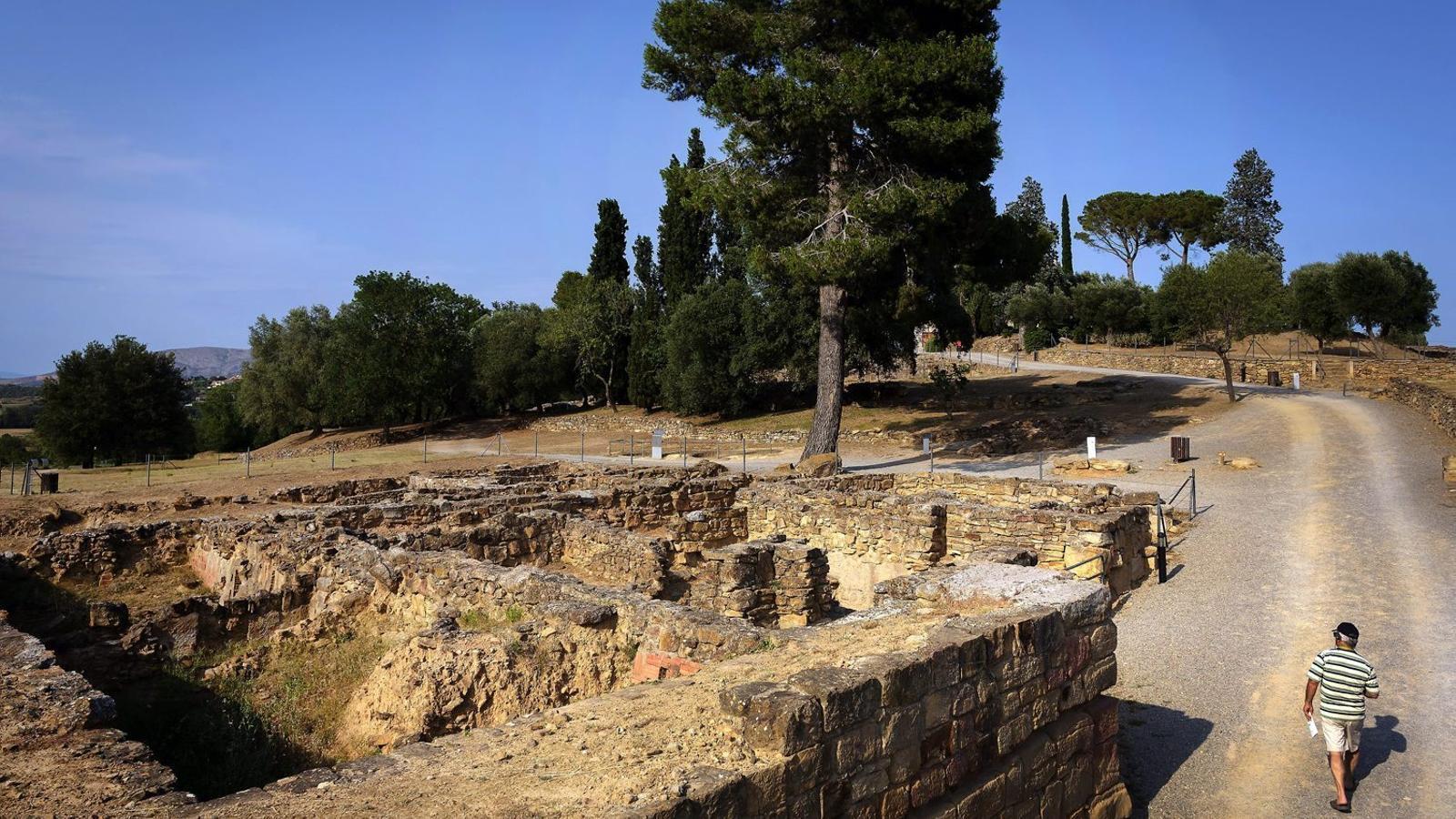 Imatge de les restes al puig de Sant Andreu, on van arribar a viure unes 4.000 persones