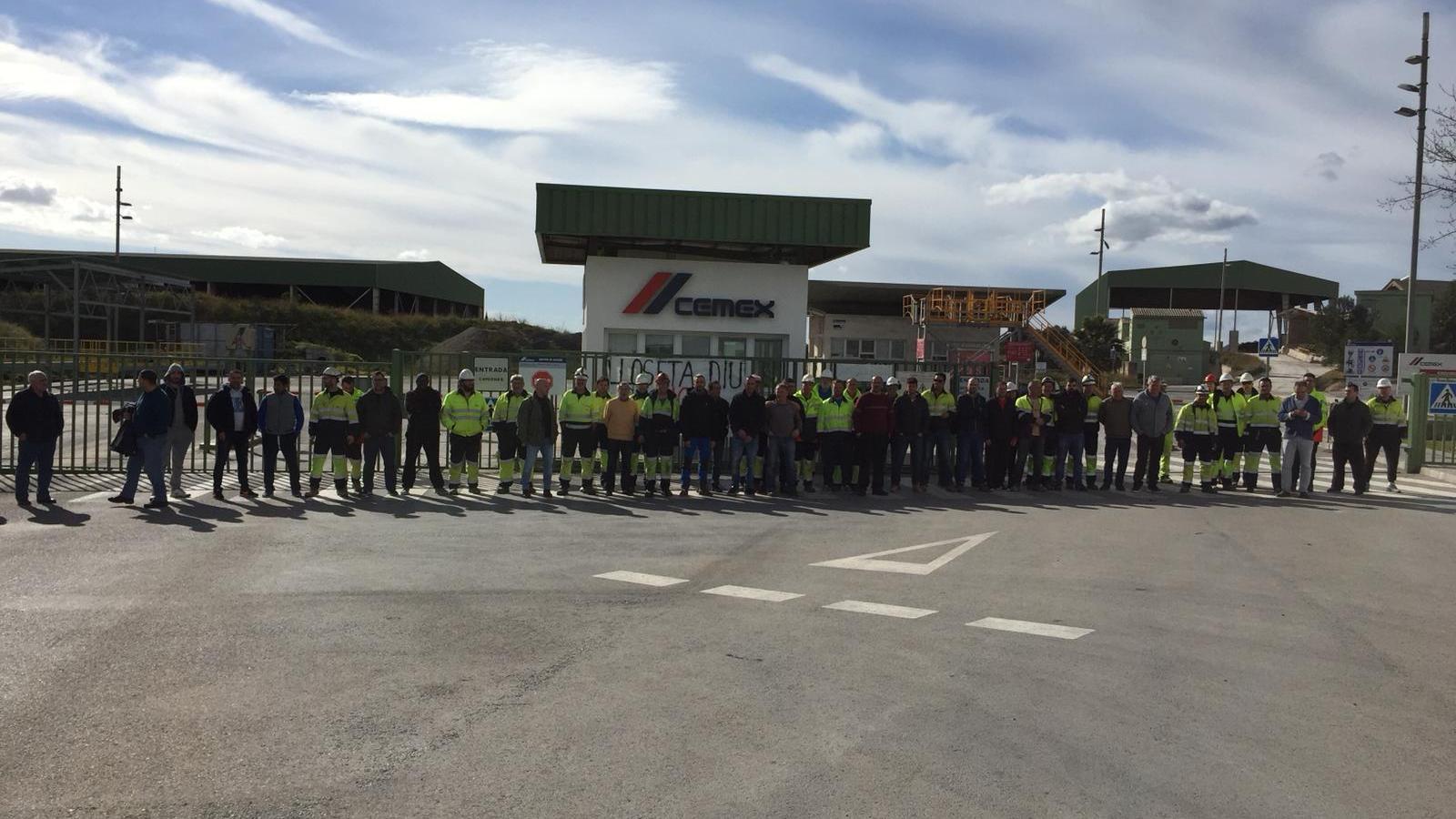 Els treballadors de Cemex bloquegen la fàbrica