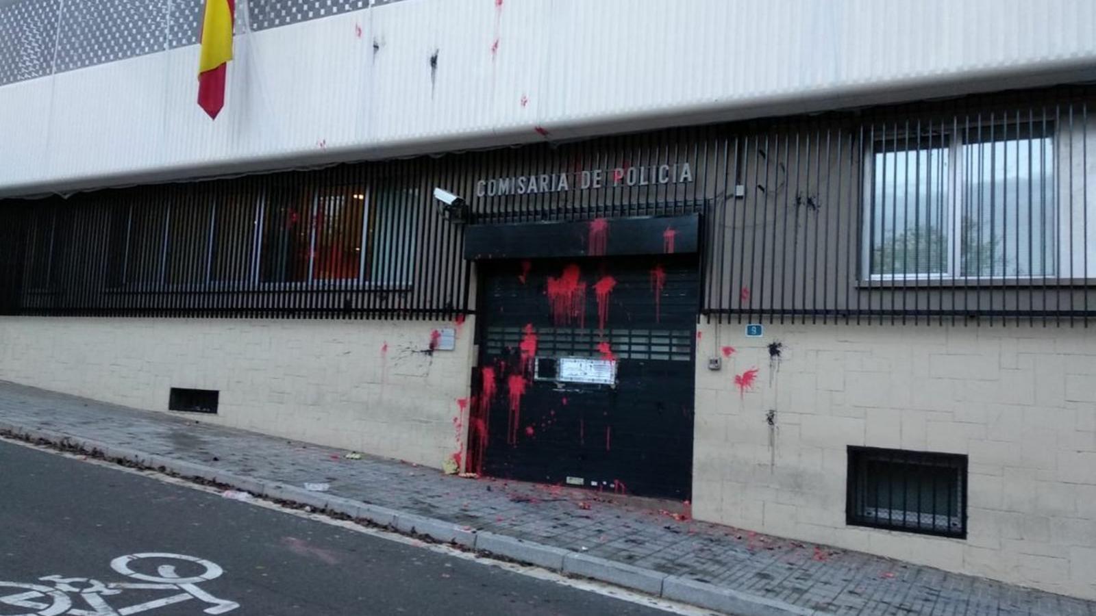 La façana de la comissaria de la Policia Nacional de Terrassa, després de les pintades d'Arran