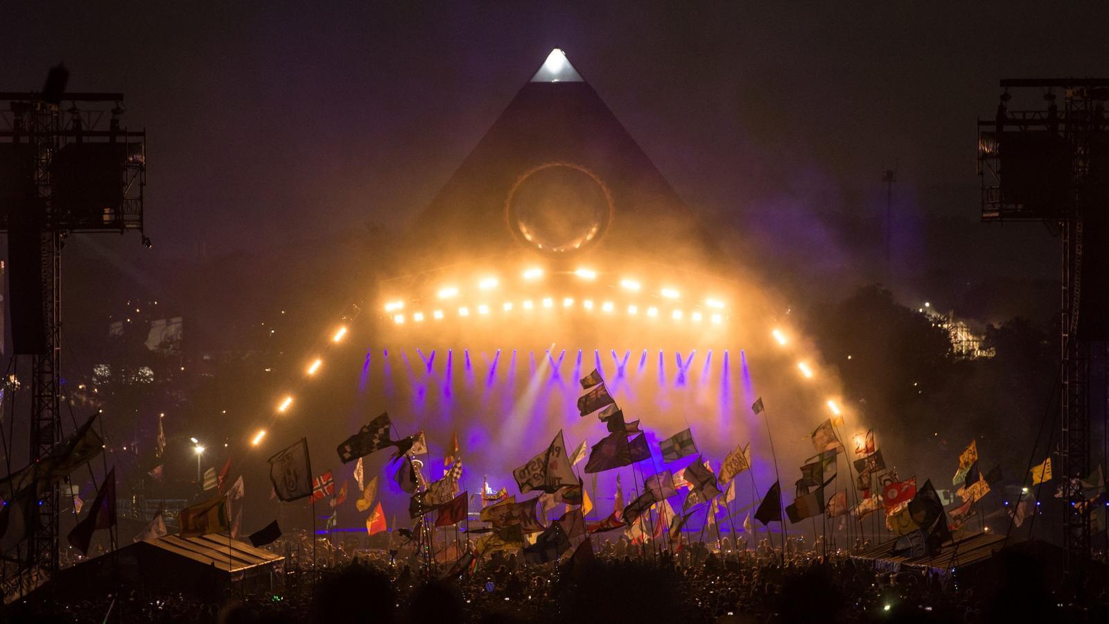 L'escenari principal del Festival de Glastonbury durant l'actuació de The Killers l'any 2019.