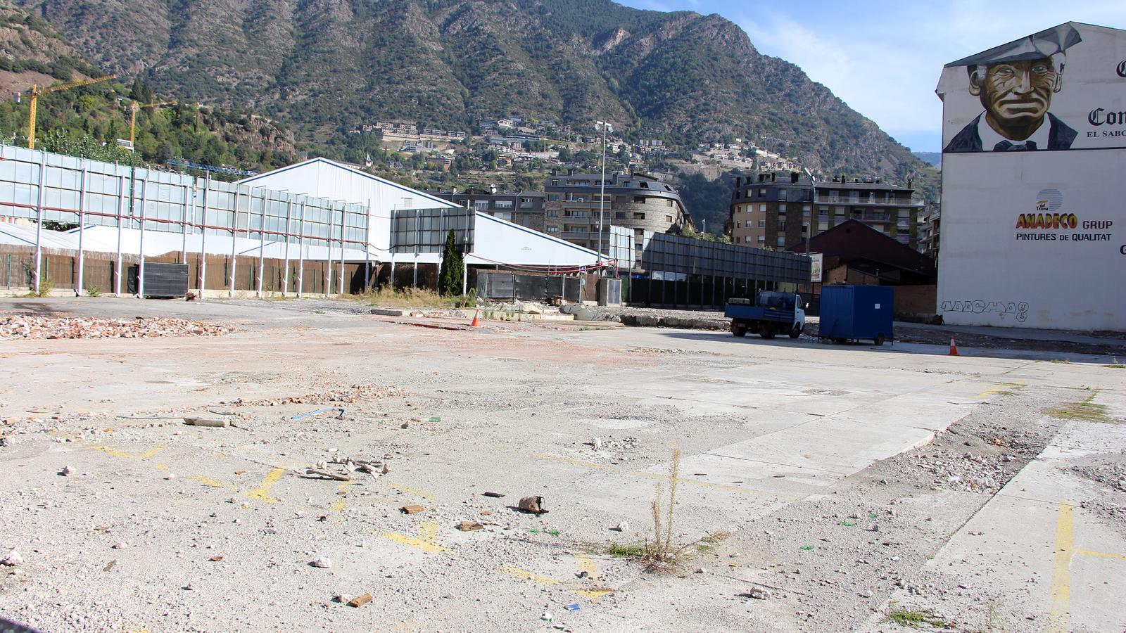 El terreny de l'antiga estació d'autobusos on un privat està construint zona d'aparcament. / C. G. (ANA)