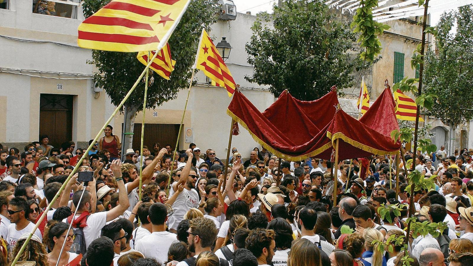 El pas de les autoritats baix el pal·li és un dels actes més seguits per Sant Agustí a Felanitx.