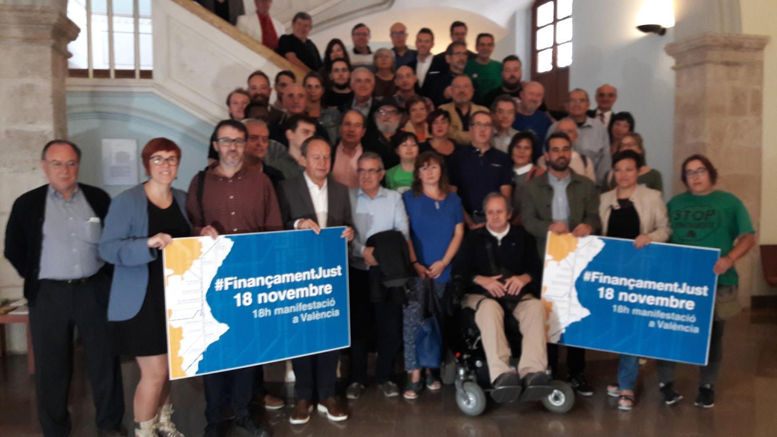 """Representants dels col·lectius que participaran en la manifestació pel """"finançament just"""" del proper 18 de novembre."""