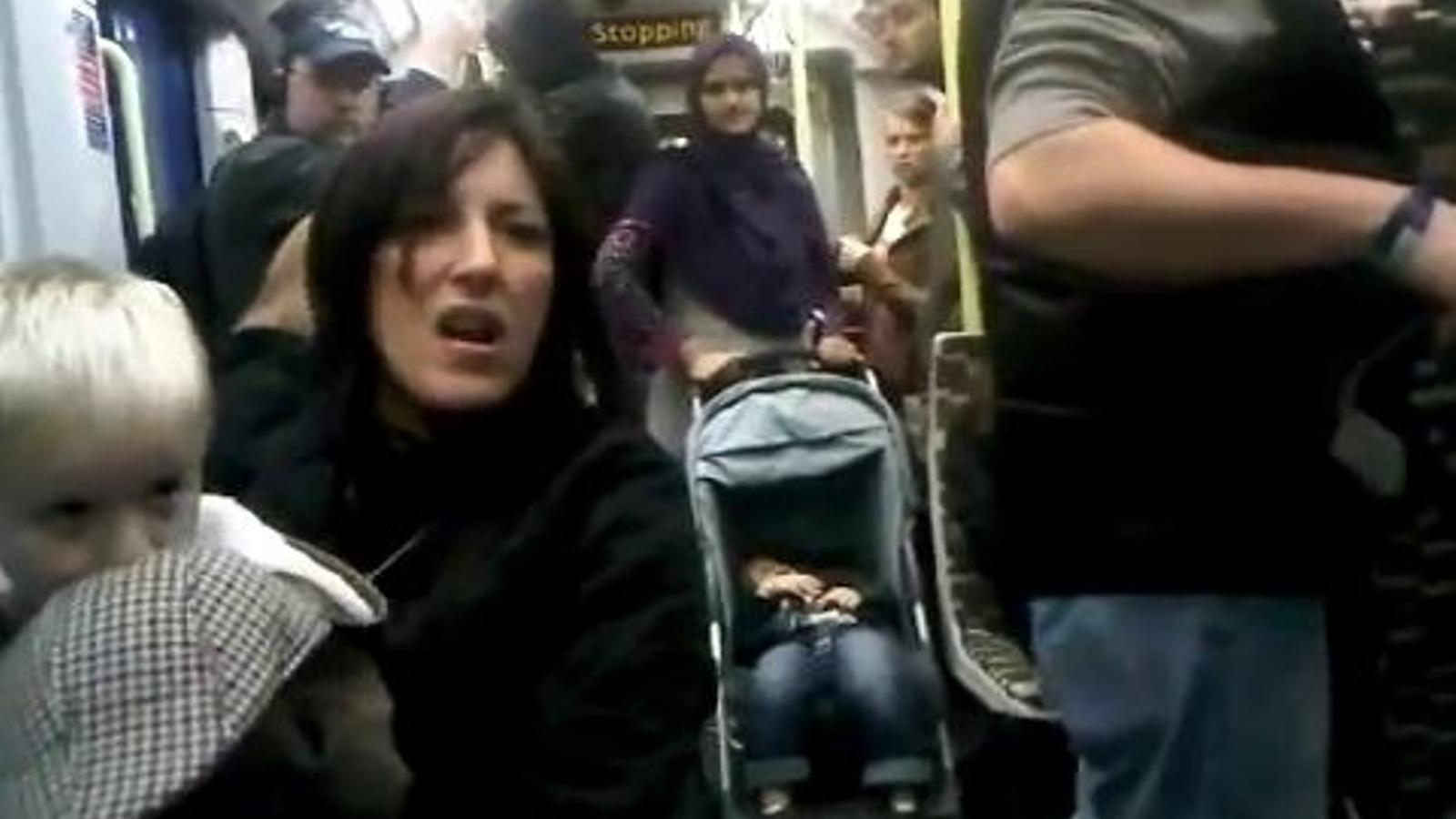 Una usuaria del tramvia de Londres n'increpa una altra per ser negra