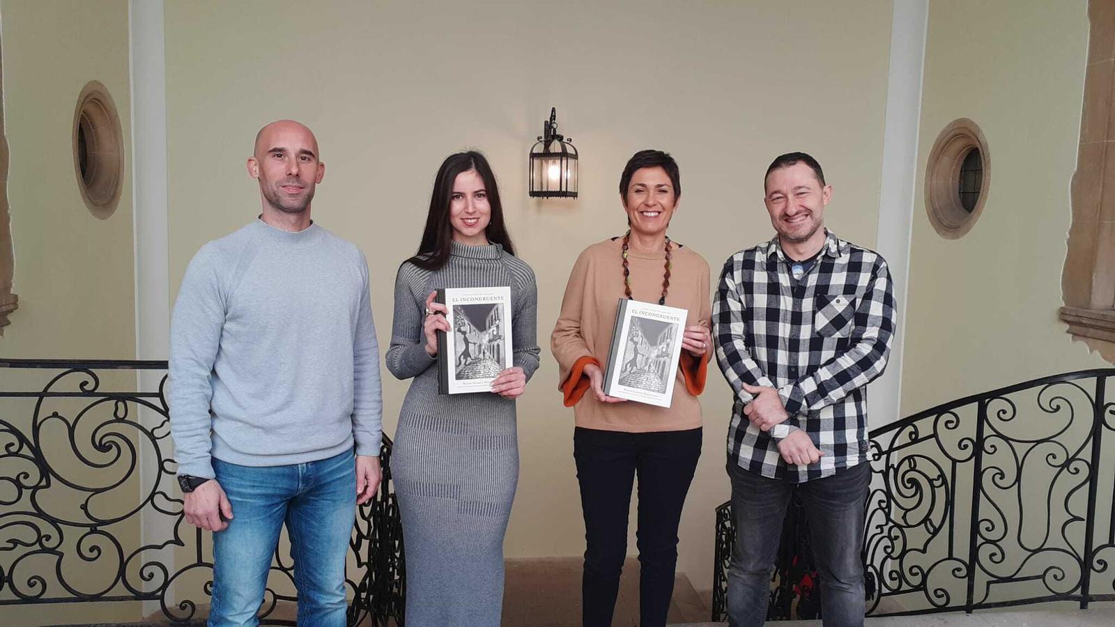 Darío Arca, de Dolmen; Rocío Gómez Mazuecos, autora, Francisca Niell, coordinadora general de Cultura de l'Ajuntament de Palma;  Vicente García, de Dolmen.