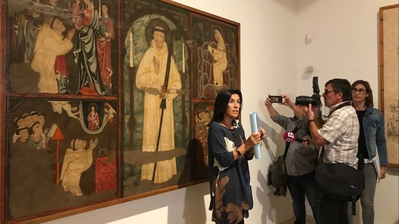 Joana Català davant una de les obres afectades