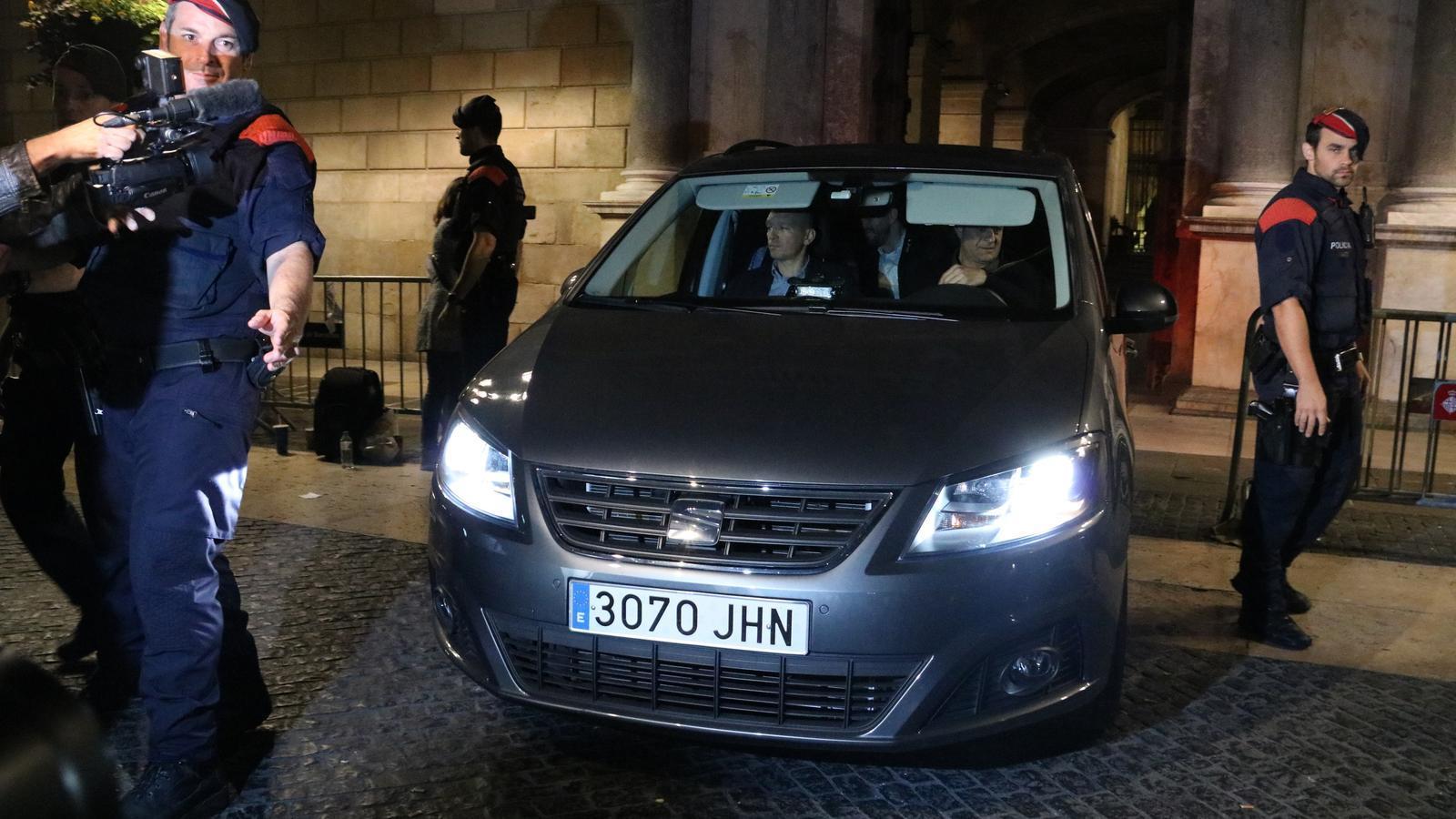 2. Un cotxe surt del Palau de la Generalitat després de la cimera del Govern amb representants de JxSí i de les entitats sobiranistes, que es va allargar fins la matinada de dimecres. (Dimecres 25).