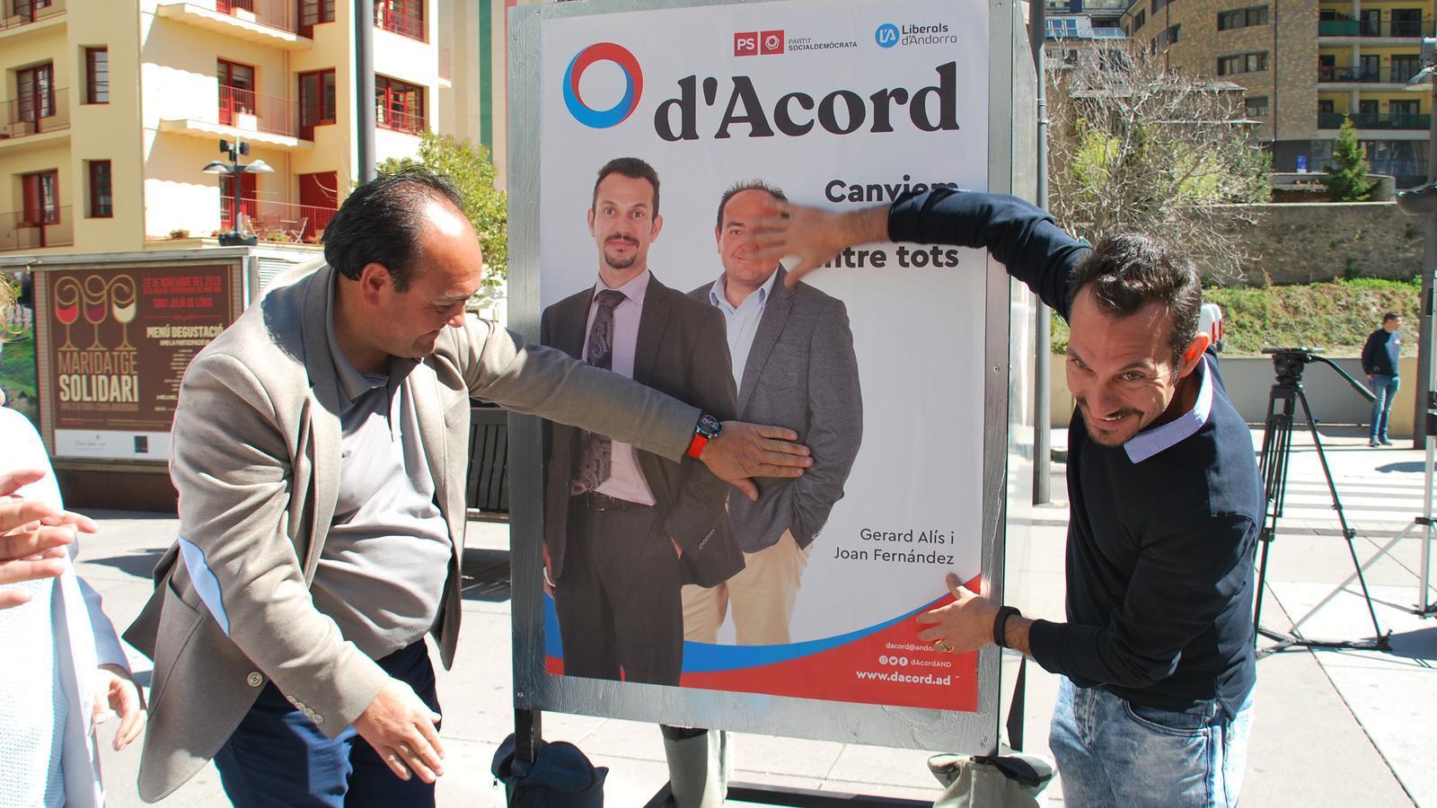 L'enganxada de cartells de d'Acord a Sant Julià. / C. G.
