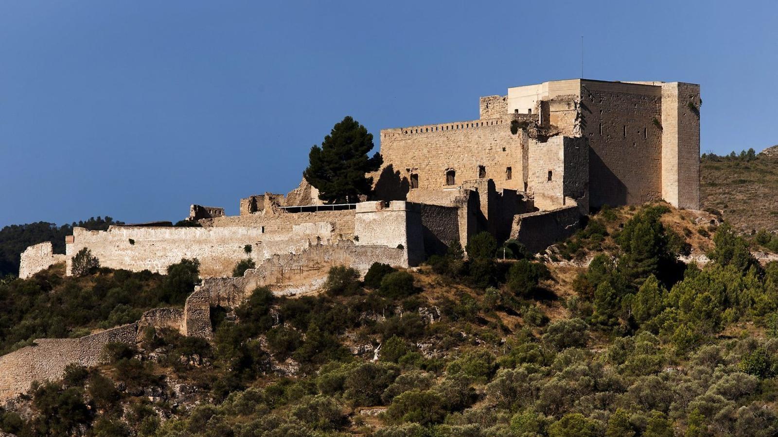 El castell de Miravet és una fortalesa imponent envoltada per una muralla de més de 25 metres d'alçada.