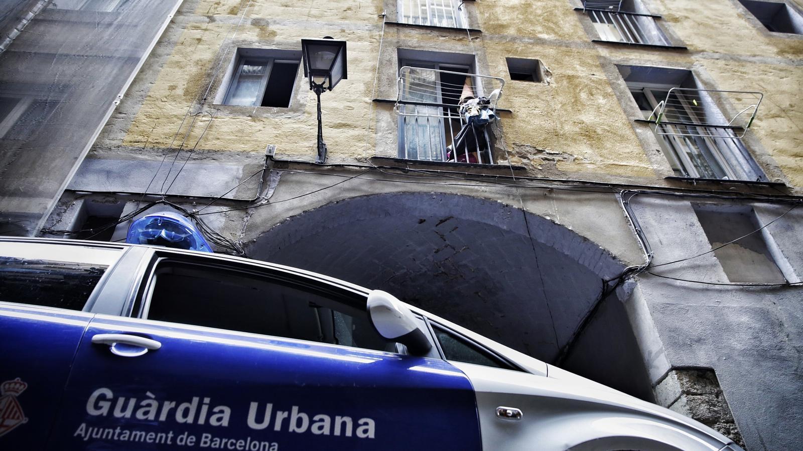 L'Ajuntament de Barcelona avança que hi ha una investigació en curs per un narcopis al Raval de titularitat municipal