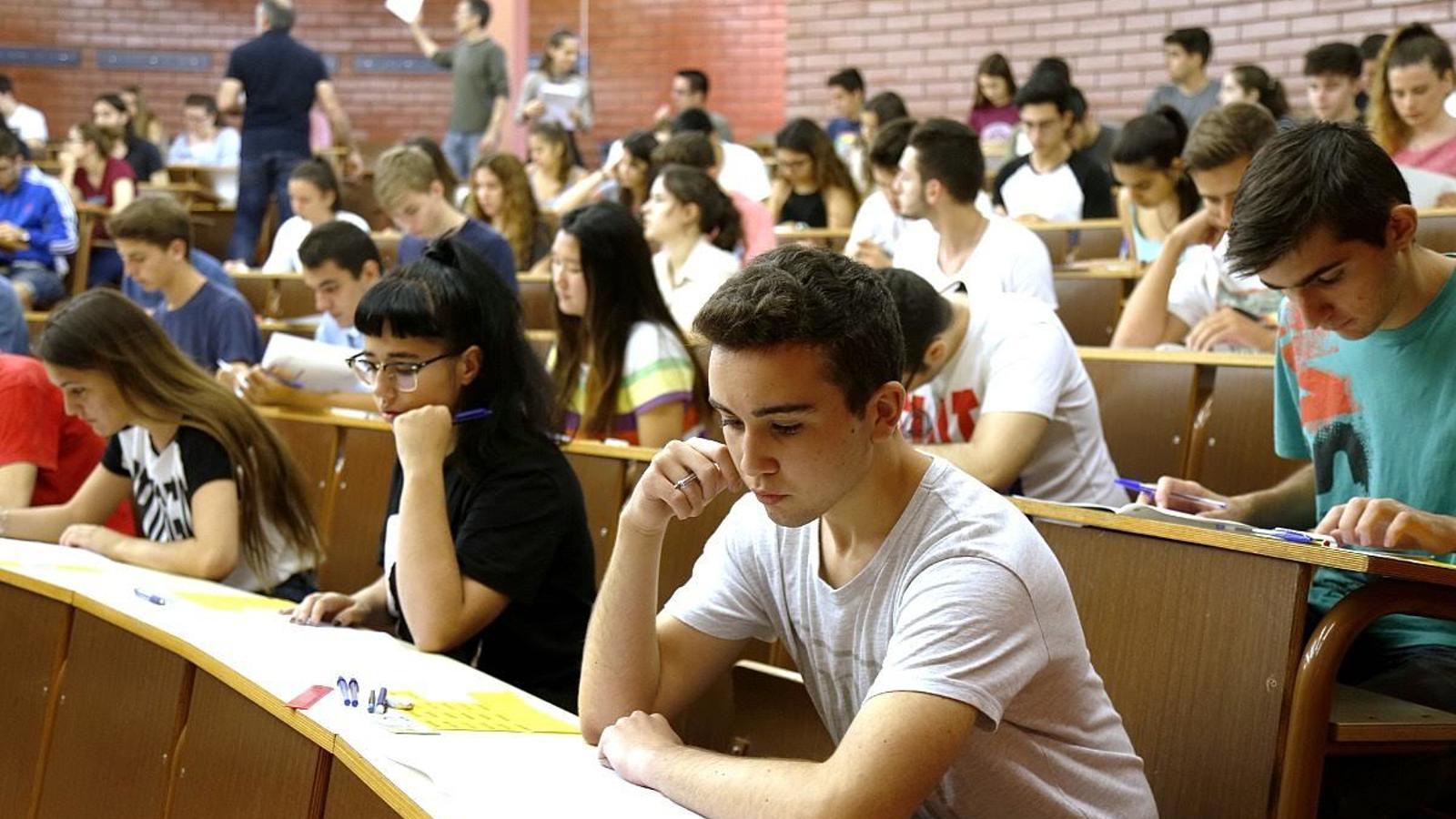 Alumnes fent un dels exàmens de selectivitat 2016