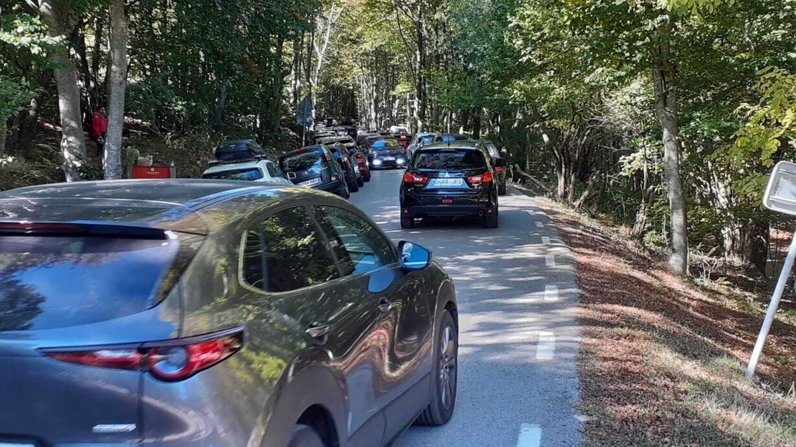 Els últims caps de setmana s'han registrat massificacions de vehicles aparcats a les principals vies d'accés dels parcs naturals del Montseny i de Sant Llorenç / DIPUTACIÓ DE BARCELONA