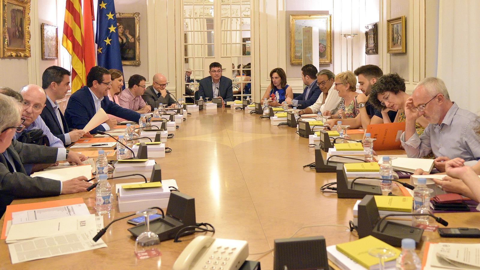 Tots els grups parlamentaris menys el PP han demanat la retirada de l'ordre del dia del ple l'elecció dels membres del consell rector de la nova radiotelevisió valenciana.