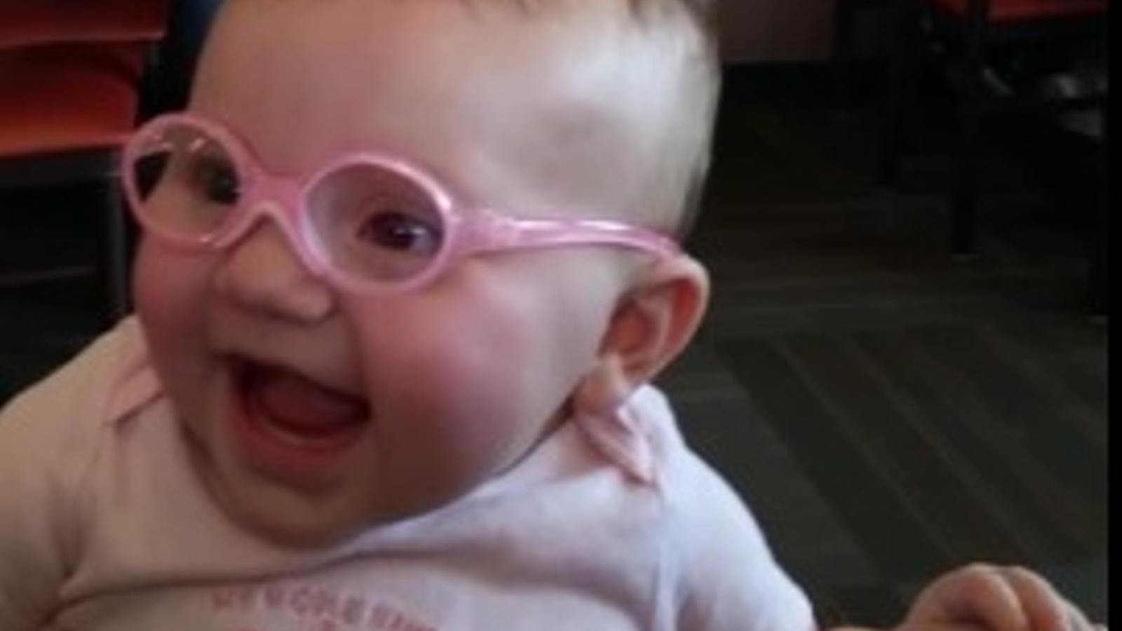 Internet es desfà amb Piper, una nena de nou mesos que estrena les seves primeres ulleres