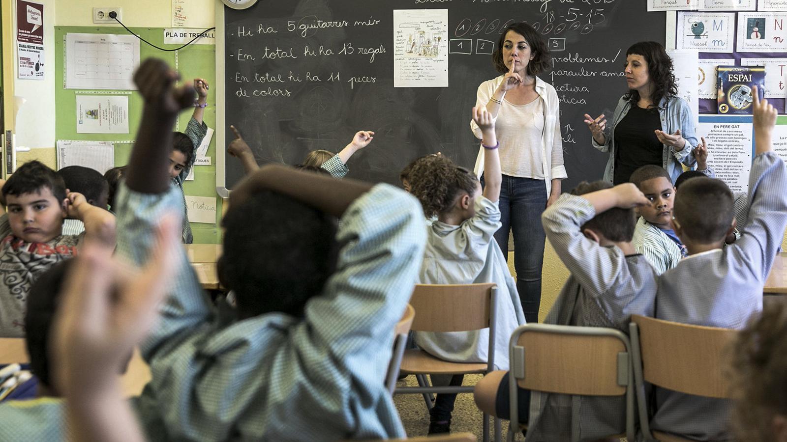 Una aula de primària en ple funcionament / PERE VIRGILI