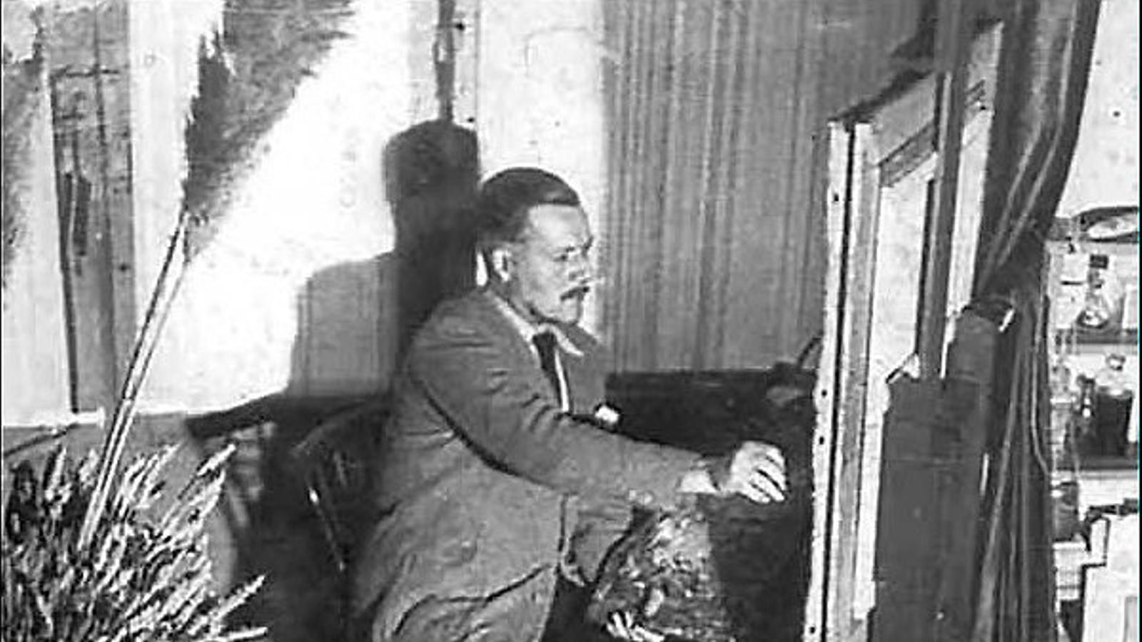 Louis Cattiaux al seu estudi de París durant la dècada de 1940.